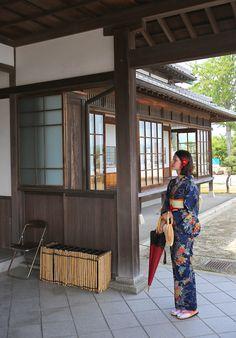 과거 일본의 무사(사무라이, 侍)들이 살던 성하마을 기츠키(杵築) 기츠키 성하마을에서 일본의 전통의상인 기모노를 입고 마을을 둘러보았습니다.  와라쿠안(和楽庵) 기츠키에서 기모노를 대여해주는 곳으로 130벌 이상의 기모노를 보유하고 있으며 다양한 조합으로 1,000가지 이상의 디자인이 나오는 곳입니다. 1벌 대여하는데 2,400엔(9:00~16:30) 교토나 다른 일본의 관광지보다 가격도 저렴한 편 입니다.  몸을 고정할 때..
