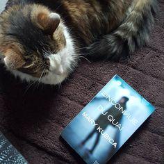 """Ne croyez pas que j'abandonne ma pile à lire ! Dans la série """"roman noir"""" je me lance dans """"L'inconnue du quai"""" de Mary Kubica. Quelqu'un connais? Par ce temps pluvieux et gris parfait pour rester au chaud en yoga pants, pas loin du chat..."""