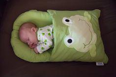 Uma fronha reformada, que você usa para o bebê dormir. Ótimo para uma viagem ou para um soneca fora de casa!