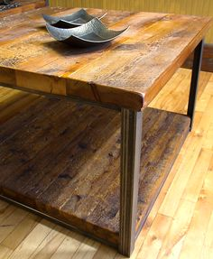 Table de salon en bois de grange huilé.