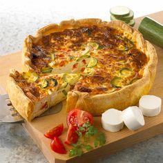 Ingrédients pour 6 personnes 1 pâte feuilletée pur beurre 3-4 courgettes suivant la taille 3 oignons nouveaux 80 g de cantal jeune râpé 20 cl de lait 2 œufs + 2 jaunes 50 g de mascarpone 4 c…