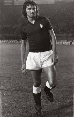 Nello Santin, al Toro dal 1974-75 al 1978-79, 5 stagioni, in campionato, 85 partite 2 reti, in Coppa Italia 20 partite 2 reti, nelle Coppe Europee 6 partite. Totale 111 partite 4 reti.