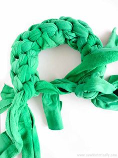 Turn old clothes into these 2 cute DIY Christmas dog toys: A Christmas wreath dog toy and a candy cane dog toy. You're pup will love them! Christmas Dog, Christmas Wreaths, Diy Dog Toys, Cute Diys, Sewing Toys, Homemade Dog, Dog Supplies, Dog Owners, Candy Cane