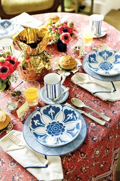 Bunny Williams' Collection for Ballard Designs. Gorgeous, gorgeous tablecloth set with blue and white.