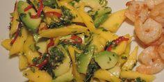 Frisk og lækker mangosalat med syrlig lime, ristede sesamfrø og en masse friskhakket persille, der passer rigtig godt til bl.a. fisk og skaldyr.