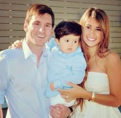 A sweet picture of Messi and his family :)