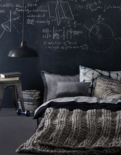 60 Men's Bedroom Ideas – Masculine Interior Design Inspiration Give your dull, boring bedroom a touch of sexy, masculine style with ideas and decor inspiration. Chalkboard Bedroom, Chalkboard Paint, Blackboard Wall, Black Chalkboard, Masculine Interior, Monochrome Interior, Deco Design, Design Design, Design Trends