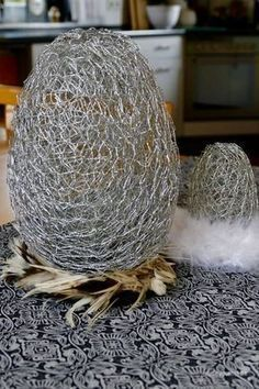 Easter eggs made of hare wire- Ostereier aus Hasendraht Recently I already had a part of my … - Chicken Wire Art, Chicken Wire Crafts, Easter Flowers, Diy Flowers, Easter Projects, Easter Crafts, Easter Table, Easter Eggs, Deco Floral
