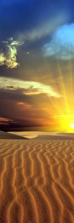 Magnifique coucher de soleil dans le desert.