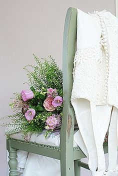 Wedding Vintage Chairs Pink Roses Ideas For 2019 Old Chairs, Vintage Chairs, Home Design, Small Accent Chairs, Diy Chair, Soft Furnishings, Shabby Chic Decor, Pretty Flowers, Flower Decorations