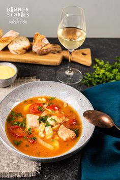 French fish soup - Französische Fischsuppe – Bouillabaisse This French fish soup (bouillabaisse) has a lot of saffron and just tastes delicious! You can find the recipe and the entire French menu for guests on my website … Bon Appétit! Healthy Meals To Cook, Healthy Cooking, Healthy Recipes, Soup Appetizers, Holiday Appetizers, Bouillabaisse Rezept, French Fish Soup, Fish Recipes, Chicken Recipes
