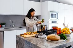Todavía quedan días de frío y con las temperaturas tan bajas apetece un buen cuchareo, o lo que es lo mismo, comer guisos y pucheros tradicionales al estilo... Kitchen Cabinet Colors, White Kitchen Cabinets, Kitchen Countertops, Kitchen Sinks, Bathroom Faucets, Kitchen Remodel, Kitchen Island, Living At Home, Living Room Modern