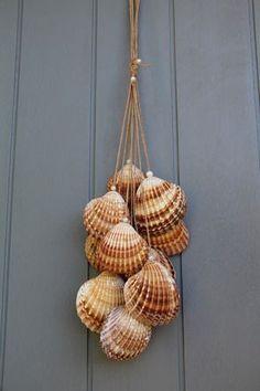 Verlängern Sie Ihren Urlaub mit diesem wunderschönen Fahrwerk ganz im Trend der Natur . Seashell Painting, Seashell Art, Seashell Crafts, Seashell Wind Chimes, Seashell Projects, Shell Decorations, Shell Ornaments, Snowman Ornaments, Sea Crafts
