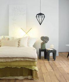 Multipliez les épaisseurs sur le lit pour un espace cocon avec du linge de lit en lin lavé froissé
