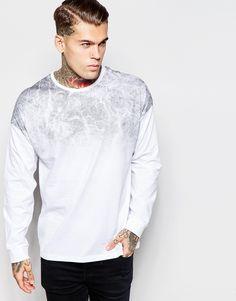 T-Shirt von ASOS weiches Jersey Rundhalsausschnitt Schulterpasse mit verblassendem Print übergroße, weite Passform Maschinenwäsche 100% Baumwolle Unser Model trägt Größe M und ist 185,5 cm/6 Fuß, 1 Zoll groß