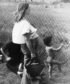 Mama and babe at Woodstock / STORQ