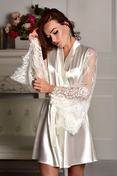White Bridal Robe, Ropa Interior Babydoll, Kimono Dressing Gown, Bridal Party Robes, Wedding Lingerie, Gown Wedding, Bridesmaid Robes, Lace Sleeves, Night Gown