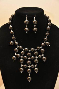 Set collar de perla de cristal negro elegante babero y pendiente. Aprox. 19. perlas 10mm.