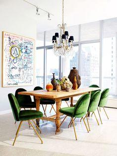 Ambiente com cadeiras verdes de veludo Designer: Nate Berkus [colors]