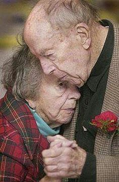 ~The last dance~true love endures life storms Vieux Couples, Old Couples, Elderly Couples, Forever Love, Forever Young, Grow Old With Me, Growing Old Together, Lasting Love, Old Love