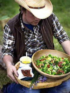 Салат из брокколи  Салат из брокколи не может быть скучным, особенно, если он приготовлен по рецепту Джейми - с беконом, помидорами и зеленым луком!