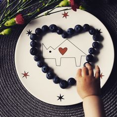 Blueberry heart shape on porcelain plate from 'Noso Basic' collection