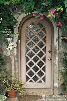 Arched portal, tan door, Love the door Grand Entrance, Entrance Doors, Doorway, Front Doors, Knobs And Knockers, Door Knobs, Door Handles, Cool Doors, Unique Doors