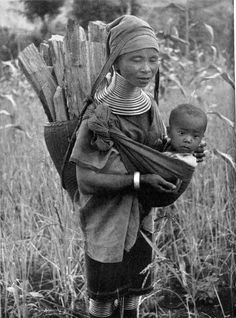 Padaung-woman has been outside and collect wood. The jewellery alone weighs 15-25 kg! Here, as in more recent pictures see a how kids from birth, live into working life.