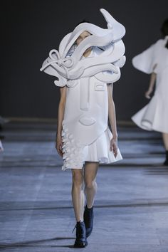 See all the Viktor & Rolf Haute couture Spring/Summer 2016 photos on Vogue. Couture Mode, Couture Fashion, Fashion Art, High Fashion, Fashion Show, Fashion Design, Fashion Week Paris, Fashion Spring, Vetements Clothing