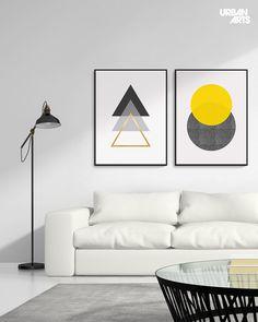 """Ideia de decoração para sala de estar branca e contemporânea com quadros decorativos geométricos com grafismos em forma de triângulos e círculos no estilo clean e minimalista. Compre as artes """"Triple Gold"""" e """"Glitter Sunrise"""", da artista BMRQX, em nossa loja online ou em nossas Galerias físicas. #vamosespalhararte #decoração #arquitetura #inspiração #interiores #quadros #arte"""