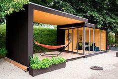cabane de jardin design avec terrasse bois couverte et piece en metal