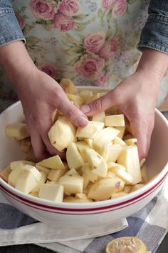 How to Make the Very BEST homemade applesauce in a slow-cooker -- (Though I'd *definitely not use red delicious. Gravensteins, baby.)