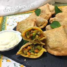 Las samosas (empanadillas al estilo hindú) son bocaditos muy especiales, especiados y aromáticos. Se pueden rellenar de verduras o añadir pollo o cordero. Samosas, Comida India, Greens Recipe, Free Food, Tapas, Recipies, Curry, Meals, Dinner
