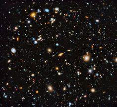 """Astrônomos da NASA, utilizando o telescópio Hubble, conseguiram captar a foto mais colorida já vista do espaço. Segundo os especialistas, a imagem fornece o """"elo perdido"""" Hubble, desde a luz ultravioleta até a infravermelha, e utilizando 841 órbitas diferentes do telescópio, a imagem mostra cerca de 10.000 galáxias, que se estendem até a apenas algumas centenas de milhões de anos após o Big Bang."""