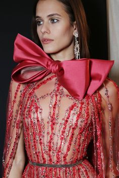 See all the Backstage photos from Elie Saab Spring/Summer 2018 Couture now on British Vogue Elie Saab Couture, Haute Couture Dresses, Couture Fashion, Runway Fashion, High Fashion, Fashion Outfits, Couture Details, Fashion Details, Fashion Design