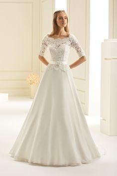 robe de mariée fluide buste et manches en dentelle