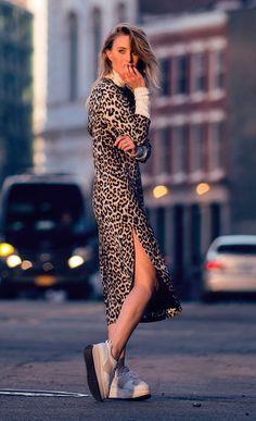 Street style look com vestido midi onça.
