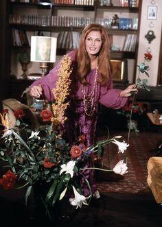 Dalida dans sa maison avec le fleurs (1971)