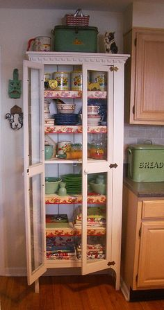 I want an old pie safe.The colorful vintage linens look beautiful in this pie safe! Vintage Dishes, Vintage Kitchen, Vintage Pantry, Vintage Pyrex, Kitchen Linens, Kitchen Decor, Kitchen Stuff, Painted Furniture, Diy Furniture