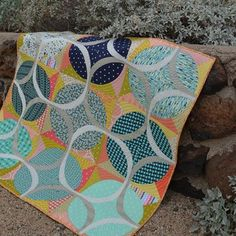 Happy to finally share my Ring Around quilt! Details on my blog today, the quilt and pattern are featured in #quilterscompanion magazine this month. #aurifil #hobbsbatting @quiltedsquid