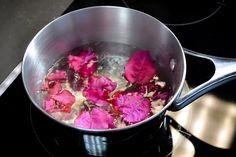 Remedio natural para la tos con bugambilia.  Ingredientes: •Flores de bugambilia •Miel de abeja •Agua •Pocillo para hervir agua.  Paso 2  Pon a hervir una taza de agua.   En cuanto hierva, apaga la fuente de calor y agrega las flores (4 o 5).  Paso 3  Deja reposar las flores por unos minutos.  Paso 4  Sirve la infusión en una taza y agrega una cucharada de miel de abeja.  Verás cómo con este té de bugambilia las molestias de la tos desaparecen.