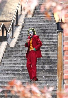 Joaquin Phoenix offers one final glimpse of The Joker on set Quite the character: Phoenix, was seen on the New York City set as both of the characters he plays, the notorious criminal Joker and his alter-ego, Arthur Fleck Der Joker, Joker Art, Joker And Harley Quinn, Joker Batman, Gotham Batman, Batman Art, Batman Robin, Joaquin Phoenix, Joker Poster