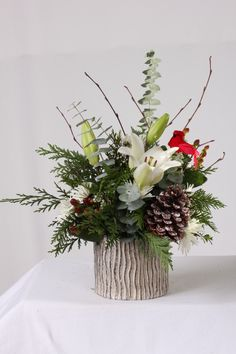 19 Awesome Winter Flower Arrangements Ideas - Kurzzeitparken f. Winter Flower Arrangements, Christmas Arrangements, Beautiful Flower Arrangements, Christmas Centerpieces, Floral Arrangements, Christmas Decorations, Christmas Flowers, Winter Flowers, Christmas Diy