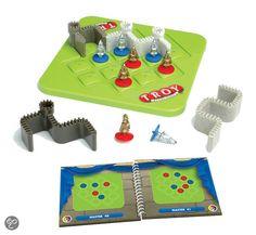 Troje - Bescherm deze legendarische stad!  Plaats de muren op het spelbord zodat alle vijandelijke soldaten zich buiten je eigensoldaten zich binnen de stadsmuren bevinden.  Troy is een logisch denkspel met 60 uitdagingen: laat je niet misleiden door de eenvoudige spelregels en het feit dat er maar 4 puzzelstukken zijn. Het lijkt kinderspel, maar schijn bedriegt! 7+ (pl+63)