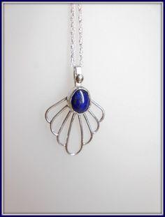 Fait main: Pendentif en Argent et cabochon de Lapis Lazuli. Handmade Pendant in Sterling Silver with Lapis Lazuli cabochon. de la boutique AmourdePierres sur Etsy