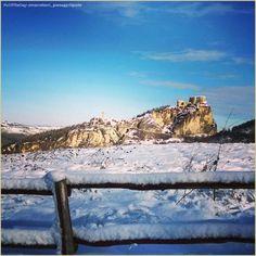 """""""Marzo pazzerello"""". La #PicOfTheDay #turismoer di oggi ammira un inaspettato paesaggio innevato del borgo di #SanLeo  Complimenti e grazie a @marcotorri_paesaggidigusto / """"Crazy March"""". Today's #PicOfTheDay #turismoer admires an unexpected snowy landscape of #SanLeo village  Congrats and thanks to @marcotorri_paesaggidigusto"""