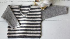 Babytøj må gerne være lidt råt, synes jeg, og den her lille gråstribede sweater er af den gode slags, som kan strikkes til både prinser og prinsesser. Du kan strikke den i alpaka eller ren, blød uld. Strikkeopskriften er i 3 størrelser