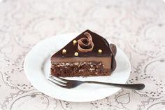 Chocolate mousse cake with crunchy praline / Torta mousse de chocolate com praliné crocante