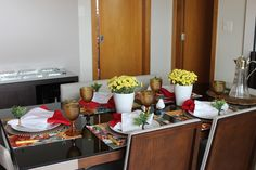 Mesa posta para almoço com decoração rústica e folhes do campo amarela