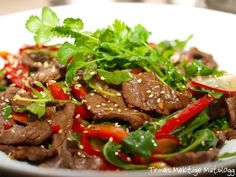 Thaisalat med oksekjøtt, paprika, reddiker, agurk og koriander Thai Salat, Low Fodmap, Allrecipes, Asian Recipes, Salads, Stuffed Mushrooms, Beef, Food, Addiction